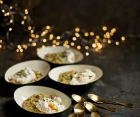 Risoto de orzo com cogumelos, favas e ovo escalfado