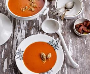 Sopa de tomate com quenelles de manjericão e tomate seco