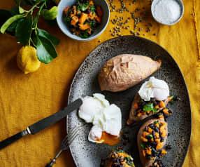 Batata-doce recheada com legumes e ovos escalfados