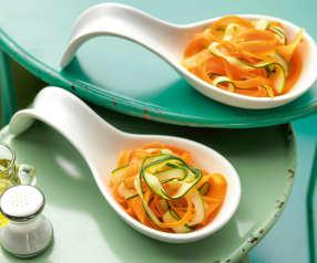 Gestoomde tagliatelle van wortel en courgette