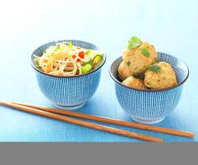 Polpettine di carne speziate con spaghetti cinesi alle verdure