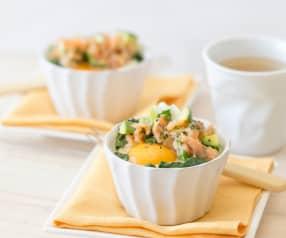 Huevos poché con salsa de salmón ahumado y aguacate