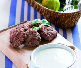 Kofta de carne con salsa de yogur (yogurtlu Köfte)