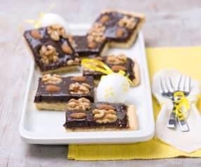 Mazurek czekoladowo-kajmakowy z orzechami