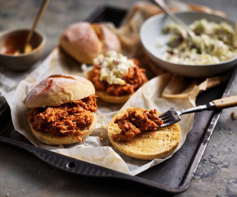 Effiloché de porc à la sauce barbecue et coleslaw