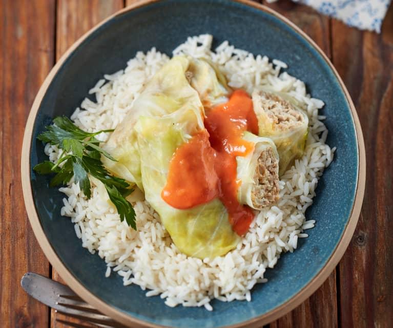 Spitzkohl-Röllchen mit Tomatensauce und Reis