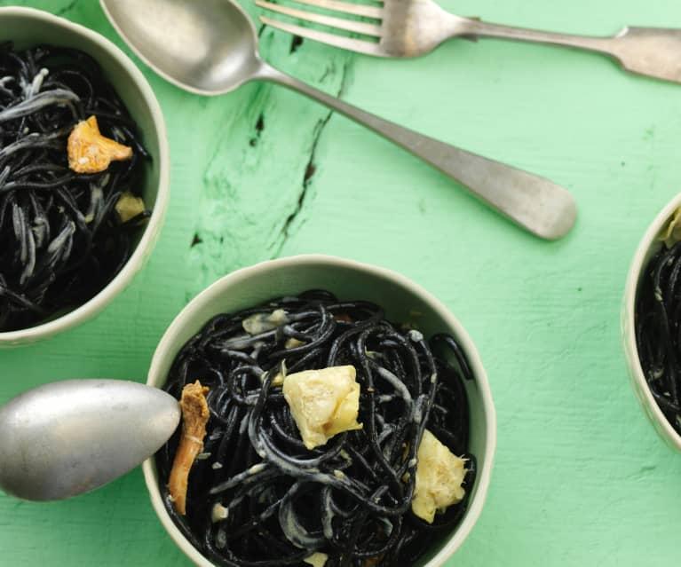 Espaguetis negros con fricasé de alcachofa