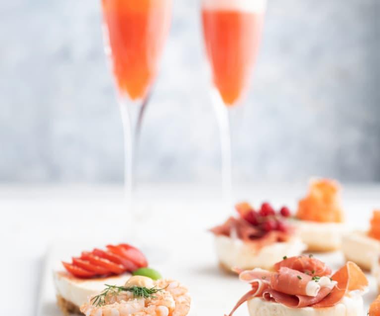 Cocktail de champanhe e morangos com mini cheesecakes salgados