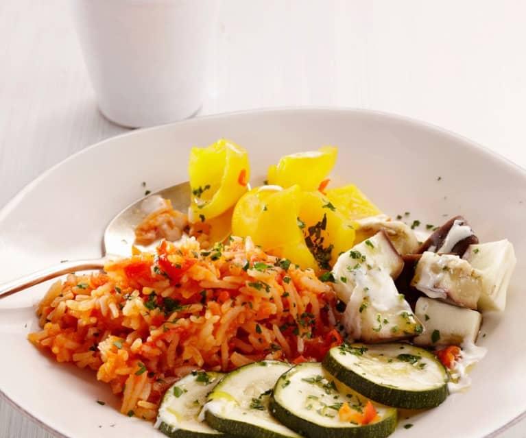Assortiment de légumes sur lit de riz et sauce au yaourt