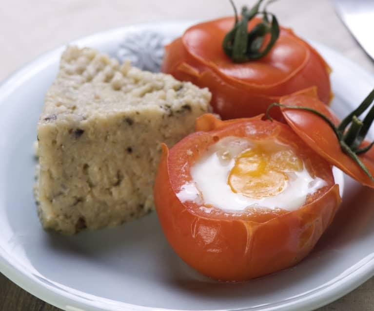 Pilzreis mit Eiern im Tomatennest