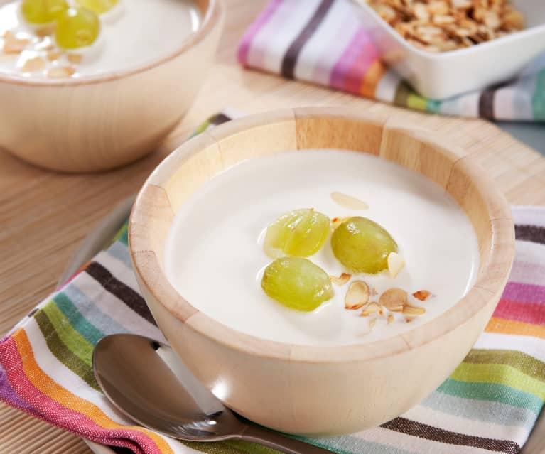 Suppe mit Olivenöl, Knoblauch und Mandeln