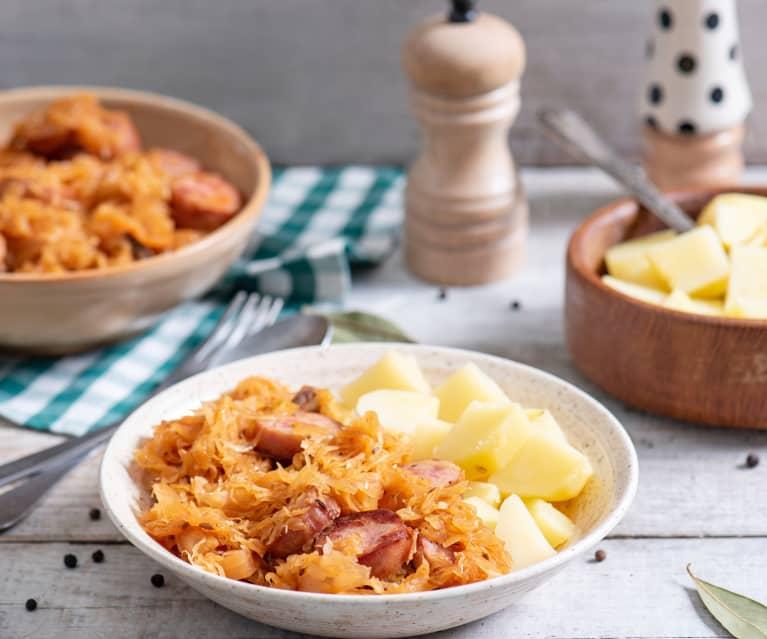 Bigos z kiełbasą i ziemniakami