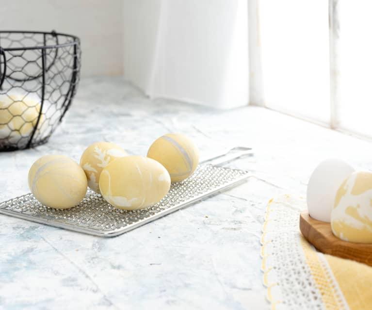 Uova sode colore giallo