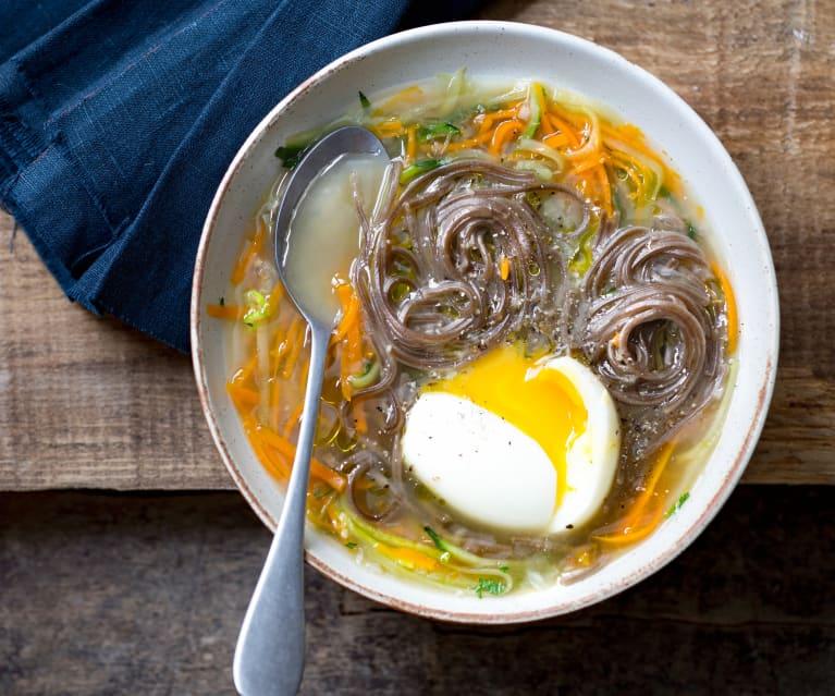 Bouillon de légumes, soba et œufs mollets