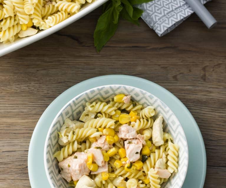 Ensalada de pasta con pollo y salmón