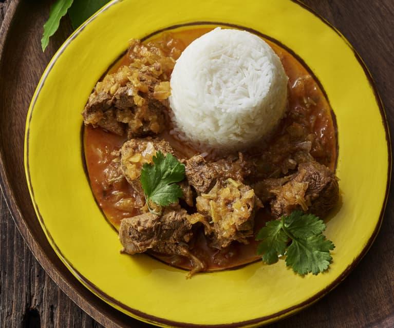 Estofado caribeño de cordero y moldes de arroz al vapor