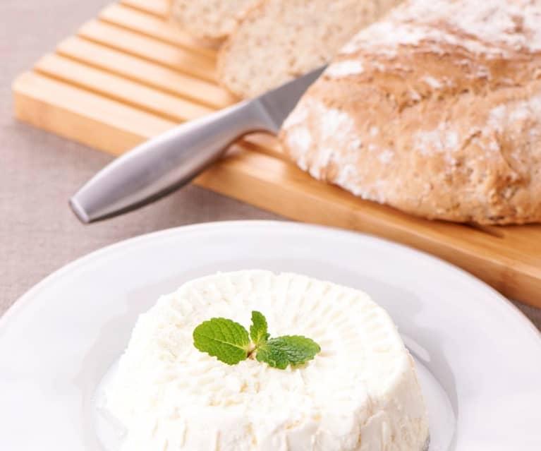 Queijo fresco e pão de cereais