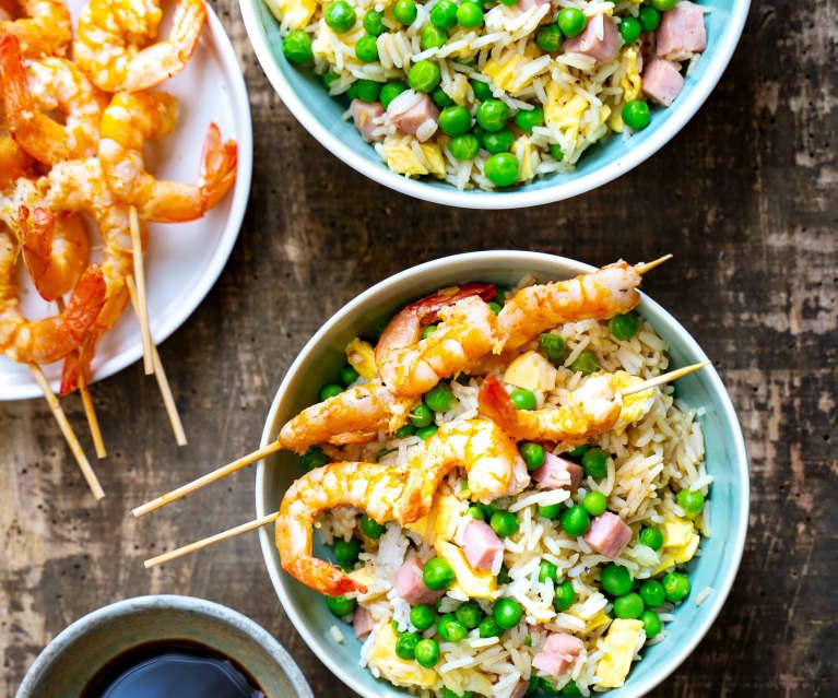 Riz cantonais, brochettes de crevettes marinées
