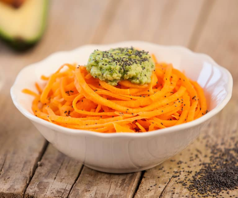 Espaguetis de zanahoria con pesto de aguacate crudiveganos