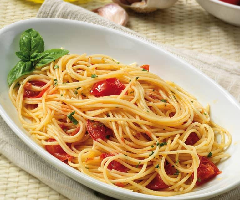 Spaghetti z czosnkiem, oliwą i pomidorkami koktajlowymi