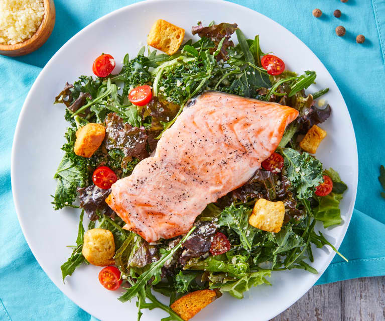 Ensalada César con kale, arúgula y salmón