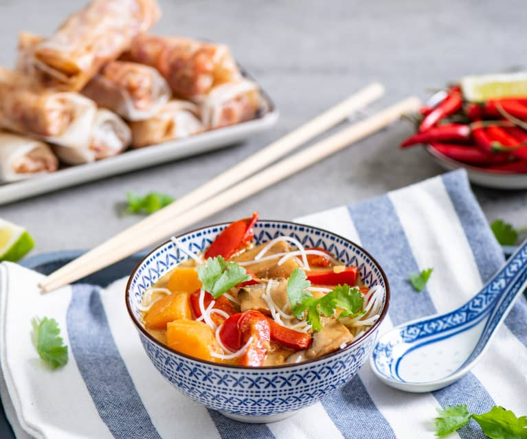 Orientalna zupa z makaronem i sajgonki na parze
