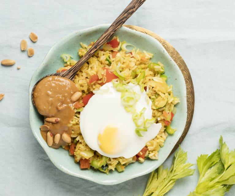 Nasi Goreng mit Ei und Erdnusssauce