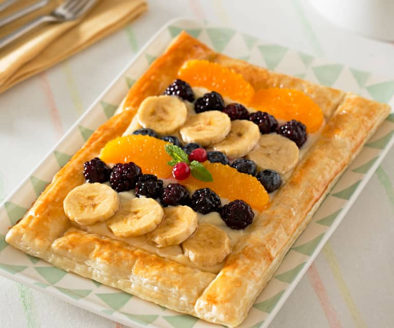 Tarta de hojaldre y frutas frescas