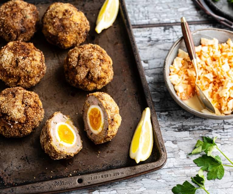 Huevos escoceses con ensalada de apio y zanahoria