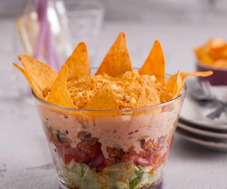 Sałatka w stylu meksykańskim z mięsem i nachos