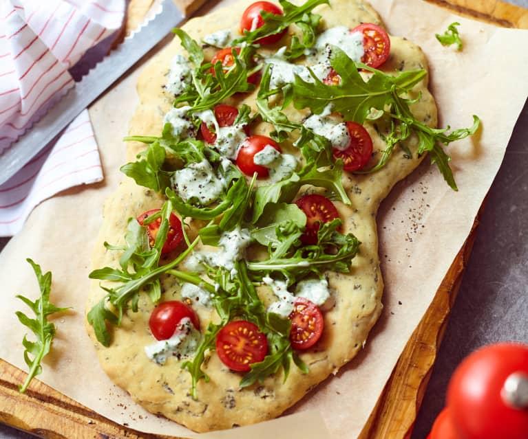 Pizza-Focaccia mit Rucola und Joghurtdressing