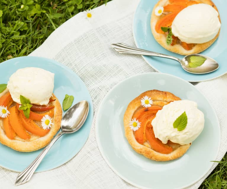Marillen-Blätterteig-Tartelettes mit Vanilleeis