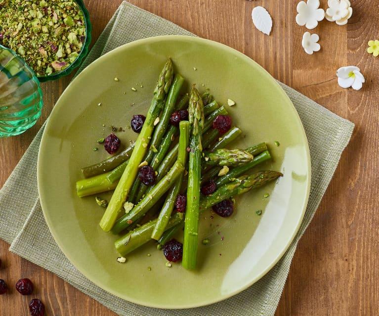 Contorno di asparagi e fagiolini, con mirtilli e pistacchi