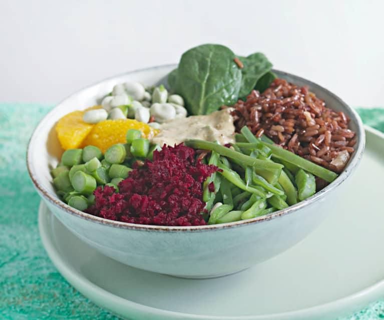 Bol de arroz rojo, verduras y naranja con vinagreta