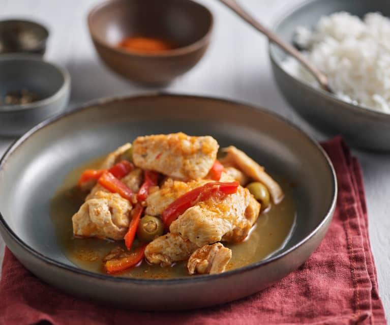 Pollo con pimientos rojos, cebolla y arroz basmati