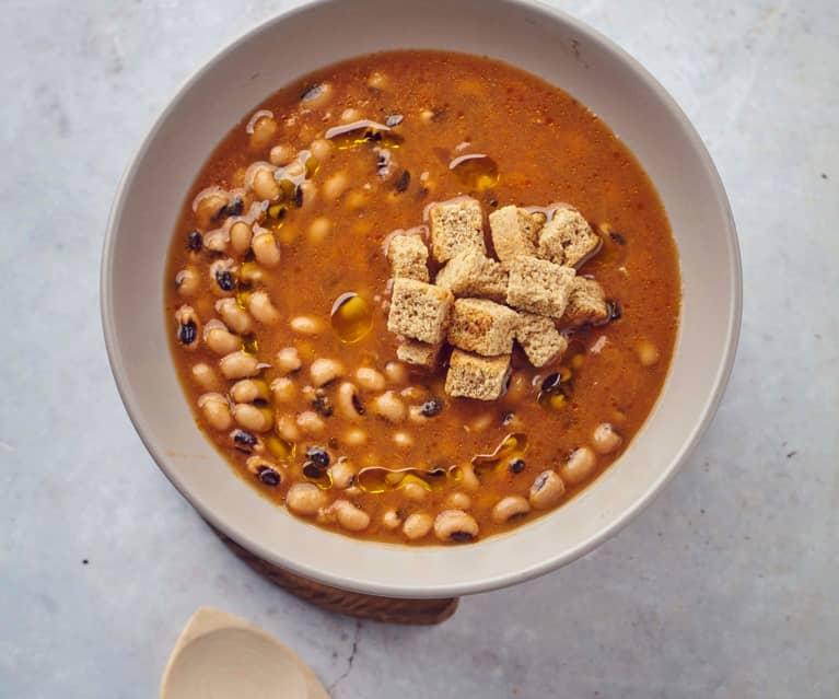 Zuppa di fagioli all'occhio a Cottura Lenta con pane al farro