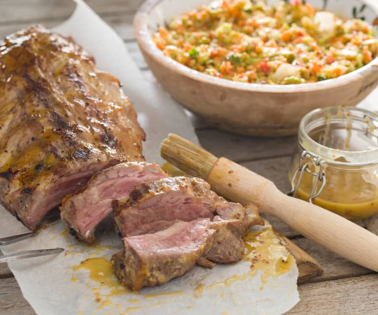 Costillas de cerdo a la brasa con salsa de mostaza y miel y ensalada