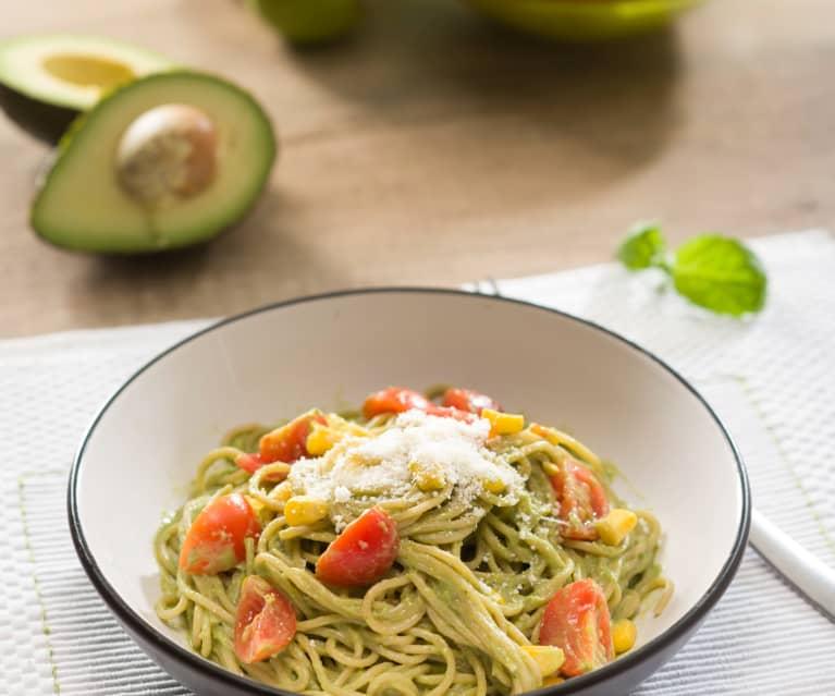 Espaguetis integrales con salsa de aguacate
