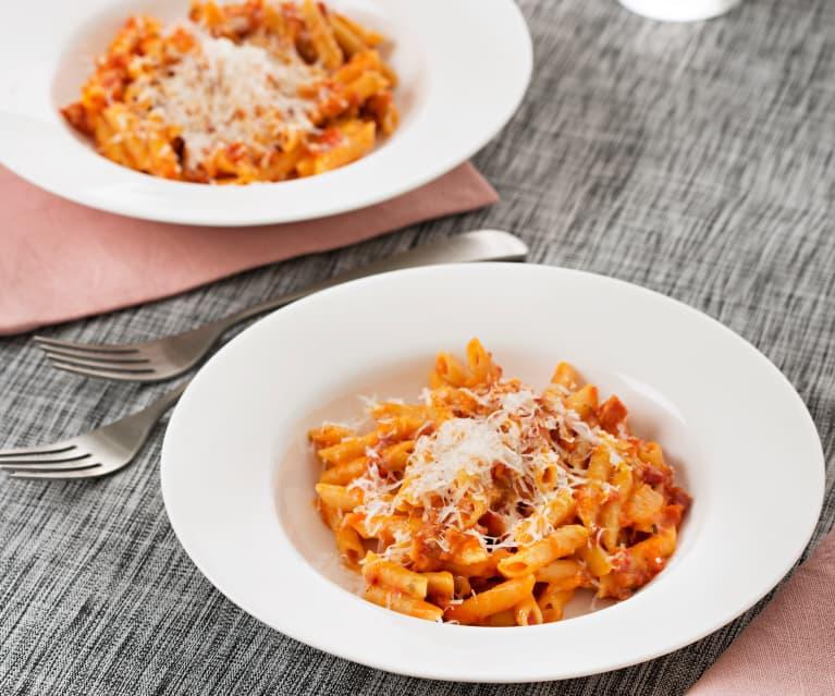 Macarrones con tomate y chorizo