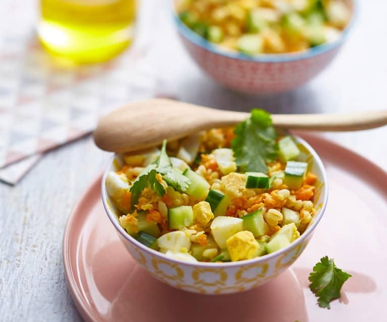 Salade de blé, concombre, œufs durs et carottes