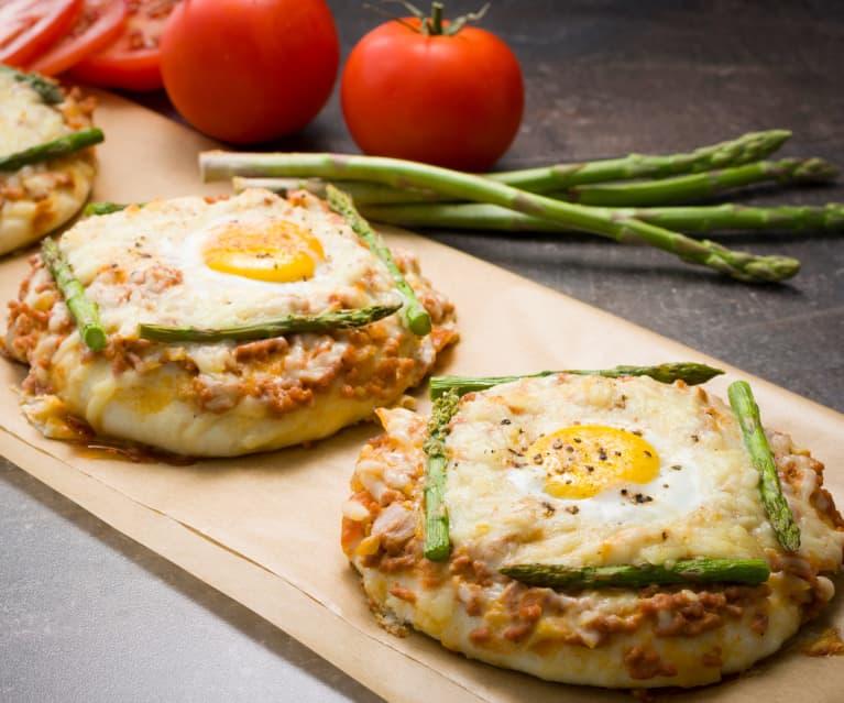 Pizzetas de carne con espárragos y huevo
