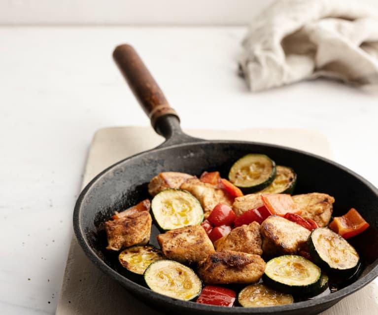 Sartén de pollo con verduras de temporada al pimentón