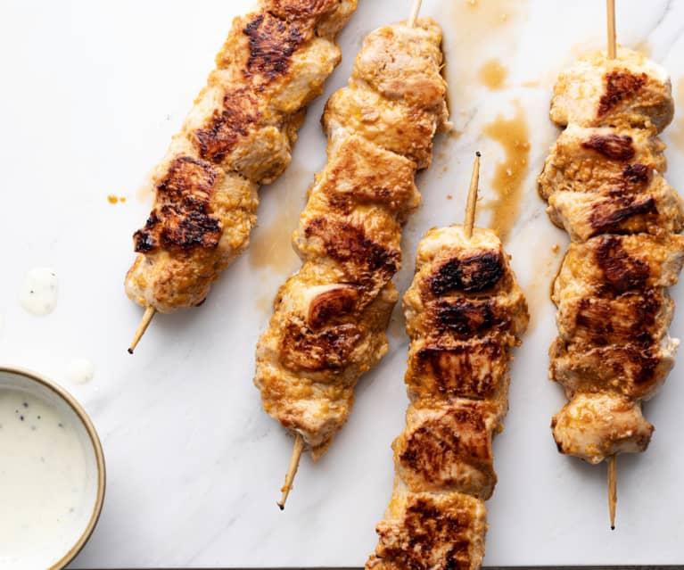 Brochetas de pollo con aderezo de yogur de kiwi