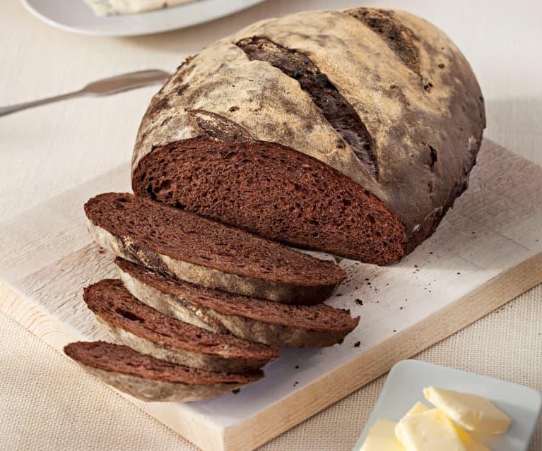 Pan de cacao y frutas deshidratadas