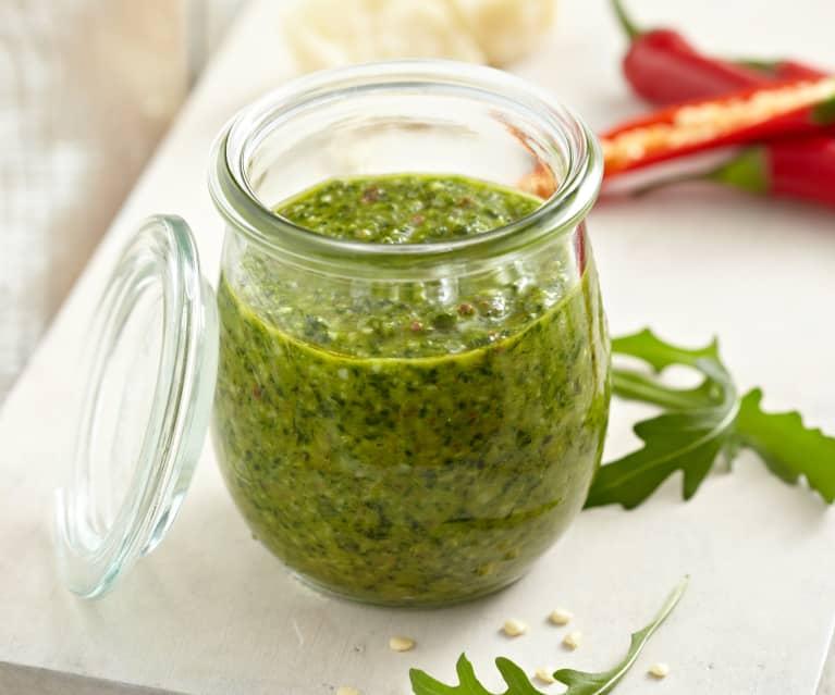 Pesto mit Rucola und Chili