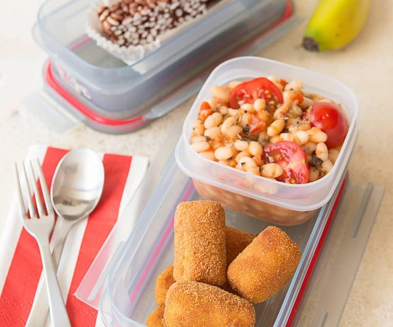Croquetas de salchicha con ensalada de alubias y tomates
