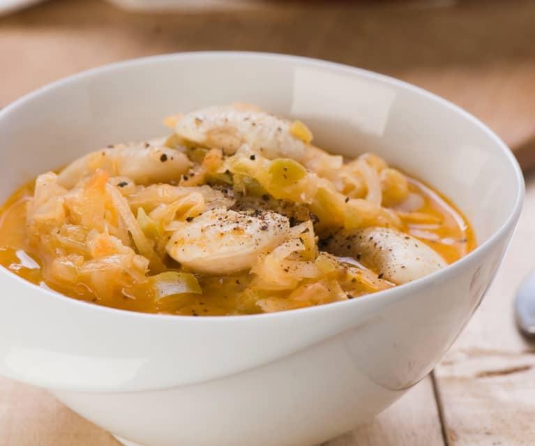 Sauerkrautsuppe mit weißen Bohnen