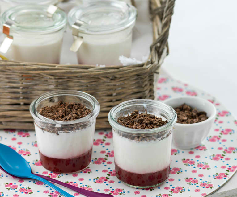 Yogur con coulis de fresa y virutas de chocolate