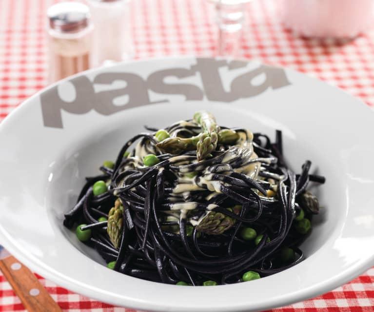 Esparguete negro com espargos, ervilhas e molho holandês