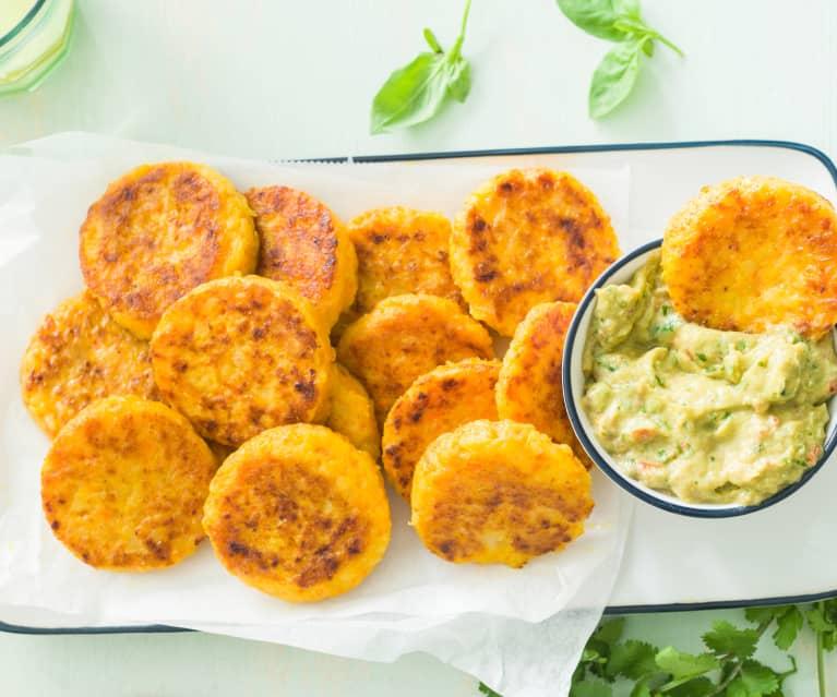 Tortitas de patata, zanahoria y queso con dip de aguacate